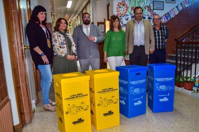 Entrega de papeleras de 'Recapacicla' a centros educativos de Granada