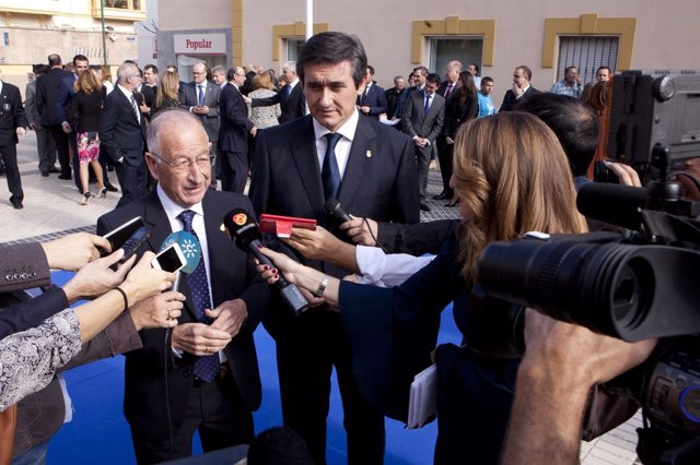 El presidente Gabriel Amat, junto al alcalde de Adra, donde se actuará.