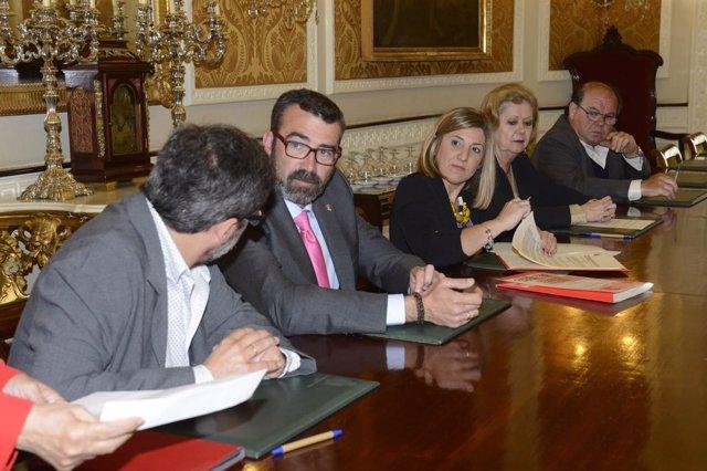 Irene García firma con las asociaciones de consumidores