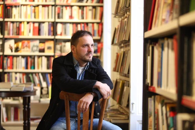 Kirmen Uribe presenta su novela La hora de despertarnos juntos