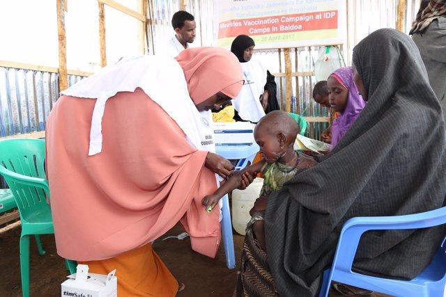 Un niño vacunado en una campaña contra el sarampión en Somalia