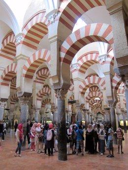 Turistas musulmanes en el interior de la Mezquita-Catedral de Córdoba