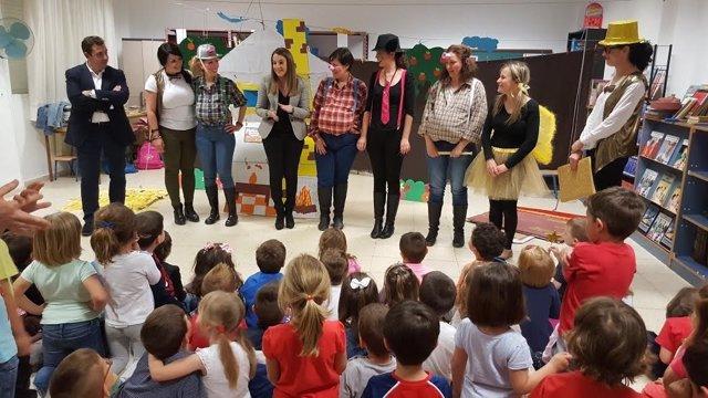 Ruiz (centro) visita el colegio Joaquín Tena Artigas