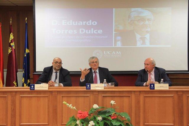 Eduardo Torres Dulce, en el centro, durante la charla