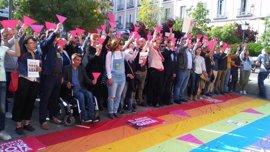 Triángulos rosa llenan la Plaza Pedro Zerolo como repulsa a la persecución de personas LGTBI en Chechenia