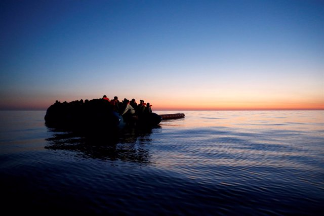 Embarcación con inmigrantes en el Mediterráneo