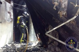 Herido leve un bombero en el incendio de una nave abandonada de Santa Lucía, en Cartagena