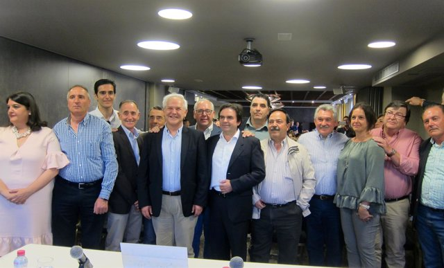 Miguel Moreno (c) en el encuentro con militantes del PP de Jaén.