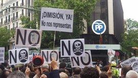 Más de mil personas protestan contra la corrupción ante la sede del PP en Madrid