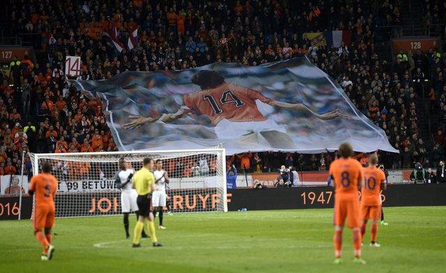 El Ámsterdam Arena rinde homenaje a Cruyff