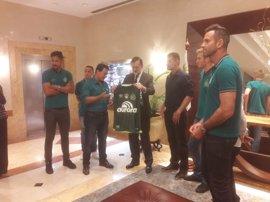 Rajoy recibe una camiseta firmada por los jugadores del Chapecoense en su visita a Montevideo