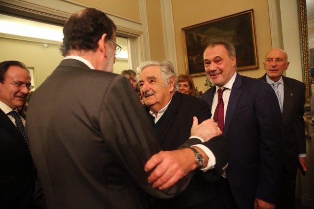 Mariano Rajoy saluda al expresidente uruguayo José Mujica