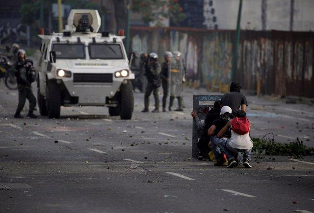 Enfrentamientos entre policías y manifestantes en Caracas