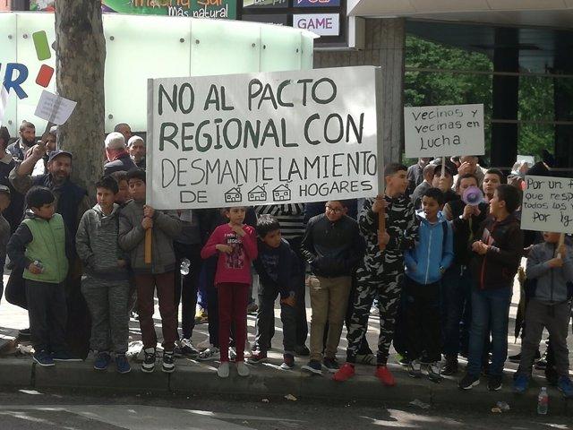 Vecinos de Cañada Real durante la protesta