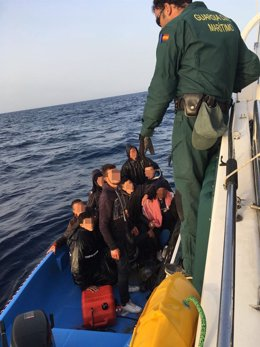 Imagen de la patera interceptada en agua de Cabo de Palos (Cartagena)