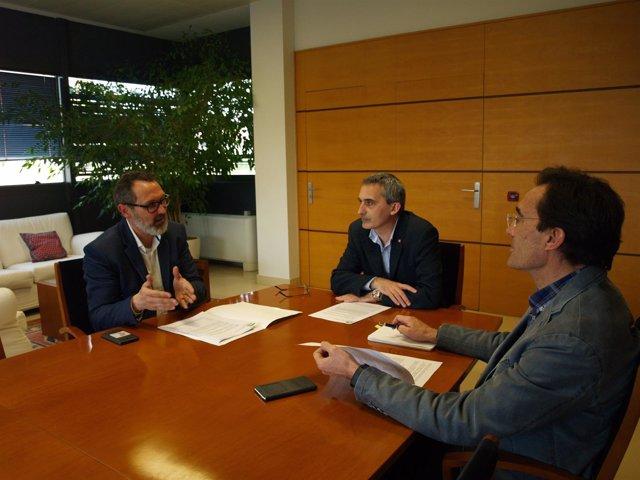 Imagen de la reunión de Antoñanzas, con el rector y el secretario de la UR