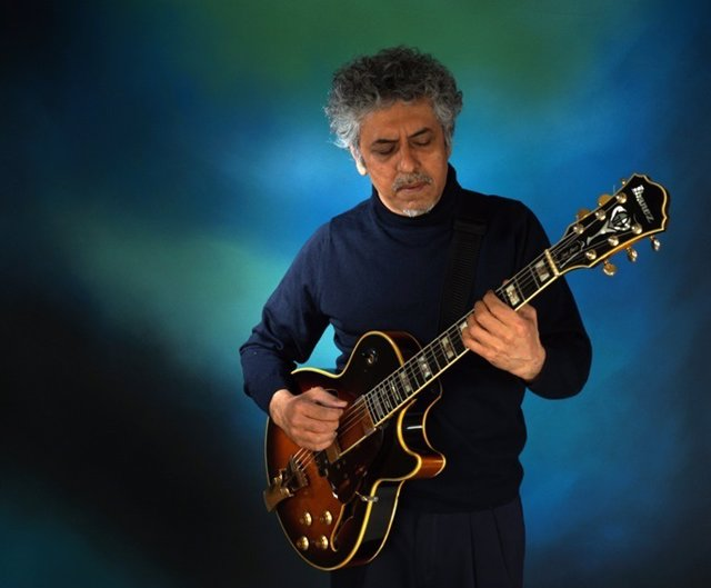 El guitarrista Roshan Samtani.