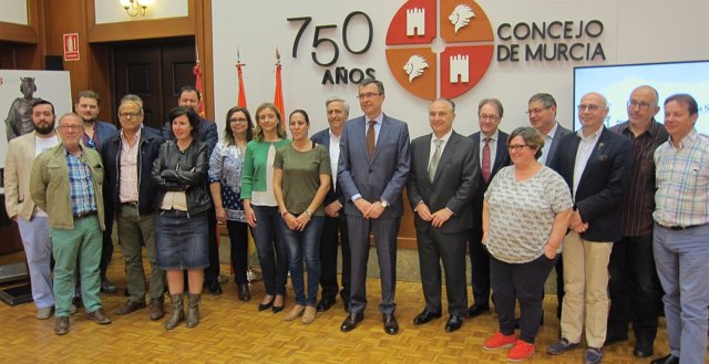 El alcalde y los responsables de 'la Caixa' posan con entidades colaboradoras