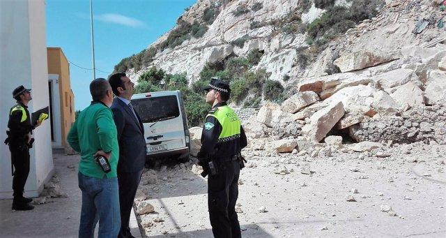 El alcalde de Almería visita los desprendimientos en La Chanca