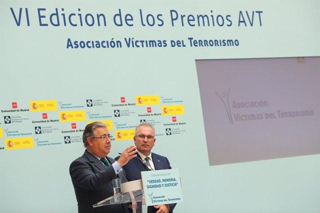 Juan Ignacio Zoido recibe la Cruz de la Dignidad de la AVT