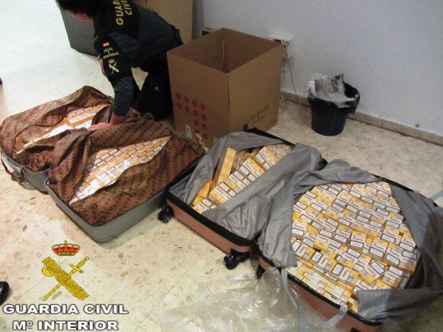 Cajetillas de tabaco ocultas en maletas en el aeropuerto de Valencia