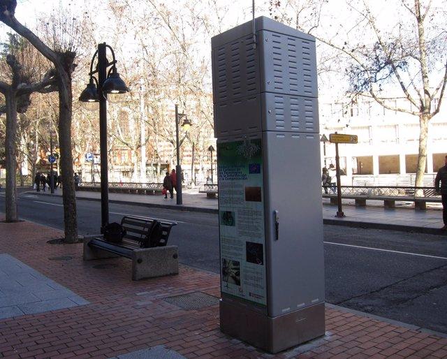 Imagen de la estación instalada y una de las farolas que controla