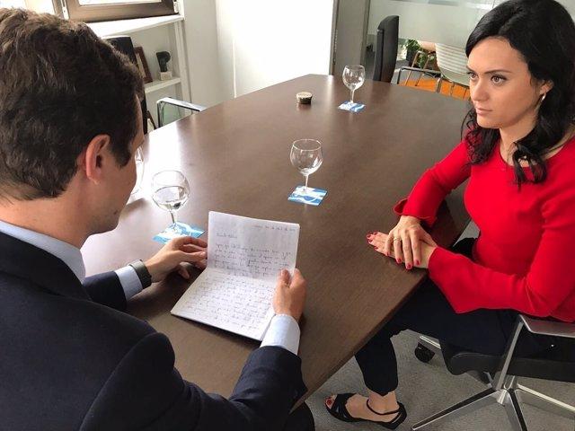 Casado lee una carta junto a la mujer de Yon Goicoechea