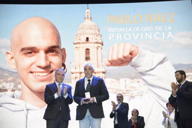 Elías Bendodo con el padre de Pablo Ráez recoge medalla oro día provincia