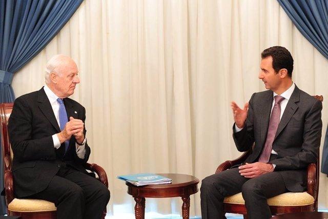 Bashar al Assad se reúne con el enviado de la ONU, Staffan de Mistura