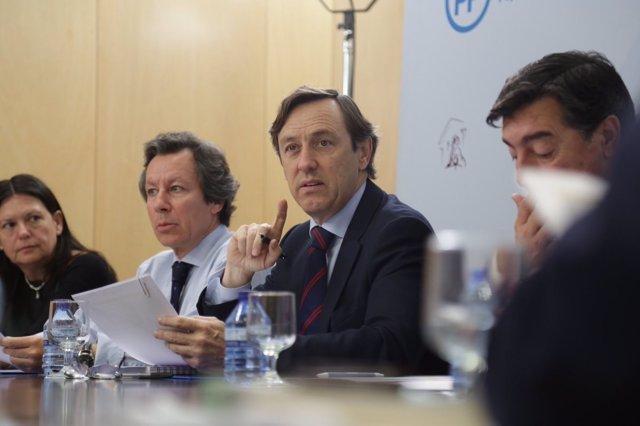 Rafael Hernando, con Carlos Floriano y Susana López Ares
