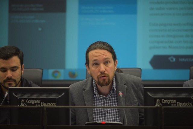 El secretario general de Podemos, Pablo Iglesias, y Alberto Garzón (IU)