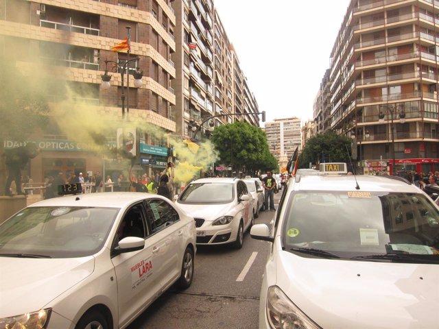Taxis protestan en el centro de Valencia
