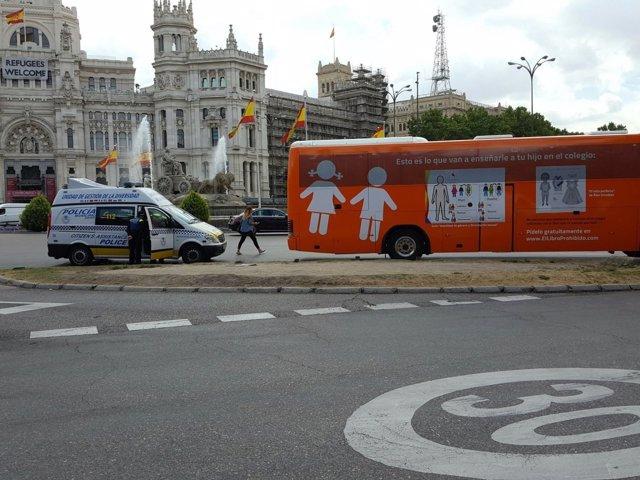 Imagen de la Policía Municipal en el momento de la multa al bus de Hazte Oír