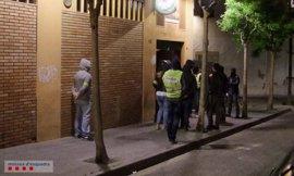Tres detenidos en Tarragona por retener a un hombre y amenazarle con un arma