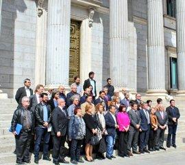 Minuto de silencio en la Puerta de los Leones del Congreso por el aniversario del bombardeo de Gernika
