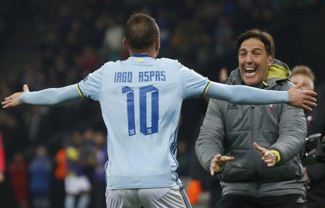 Iago Aspas y Eduardo Berizzo celebran el pase a cuartos de la Europa League