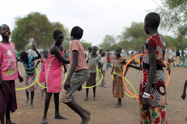 Niñas y jóvenes de Sudán del Sur jugando