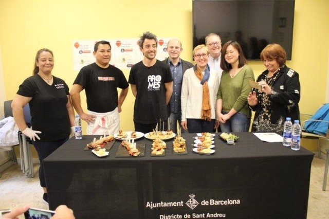 La concejal Carme Andrés con participantes de 'Atrapa la Tapa'