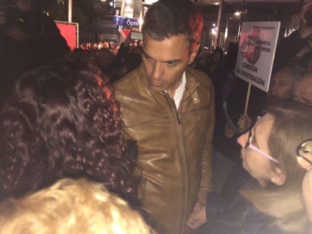 Pedro Sánchez, a su llegada a Santiago, interpelado por víctimas del Alvia