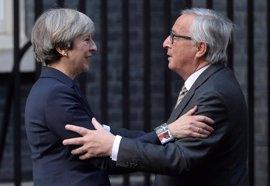 """May traslada a Juncker el deseo de Reino Unido de mantener """"una relación especial"""" con la UE"""
