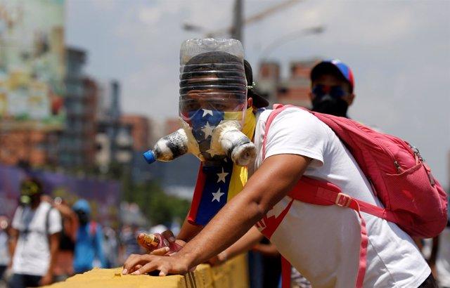 Manifestante con máscara antigás en Caracas
