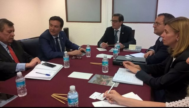 Blanco y Chertorivski, segundo y tercero por la izquierda, en la reunión.