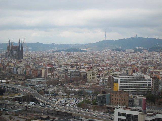 Vista De Barcelona, Con La Sagrada Familia, Collserola Y El Tibidabo