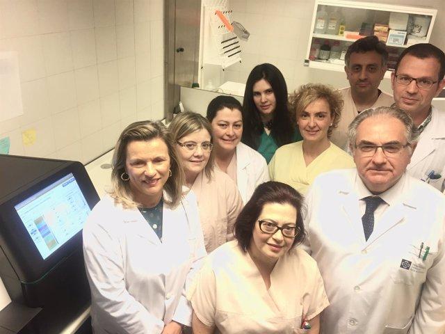 La gerente del área de Santiago con profesionais de Anatomía Patológica