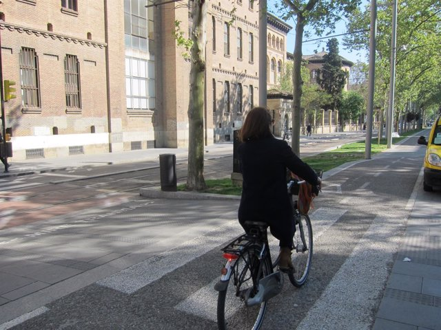 Una ciclista en carril bici de Gran Vía