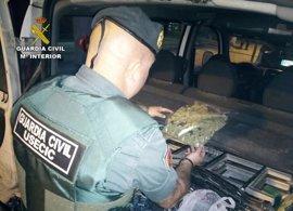 La Guardia Civil sorprende al conductor de una furgoneta con 120 gramos de cogollos de marihuana