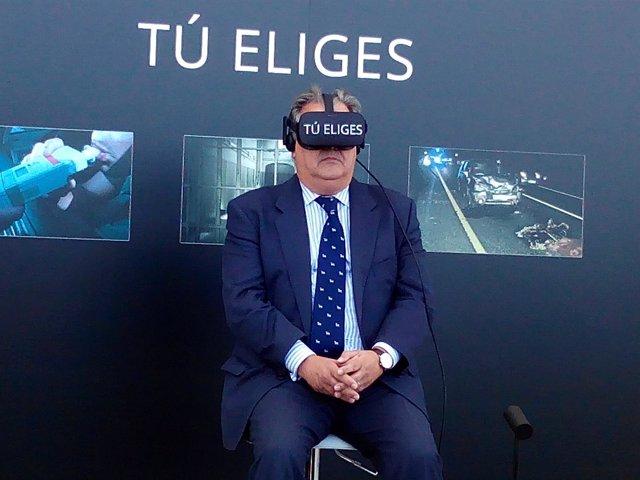 Juan Ignacio Zoido prueba las gafas de realidad virtual, campaña 'Tú eliges'
