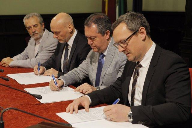 El alcalde de Sevilla, Juan Espadas, firma el convenio de convenio
