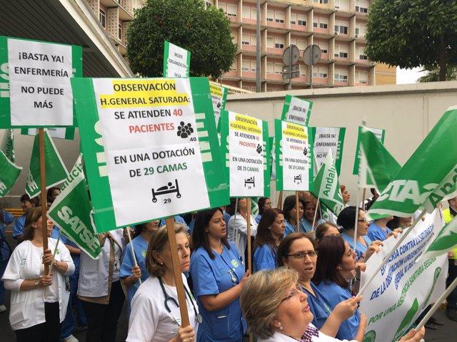 Concentración enfermeros de urgencias del Virgen del Rocío de Sevilla