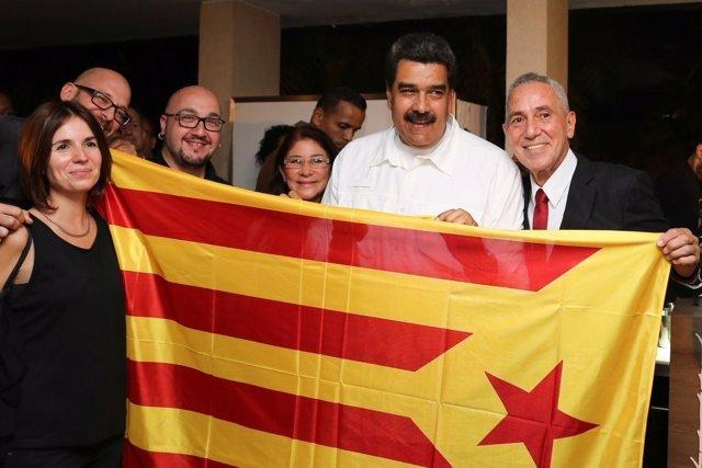 El pte.De Venezuela Nicolás Maduro posa con una 'estelada'